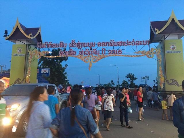 Trước lễ hội, người dân và du khách có mặt trên bờ sông Mê Kông.
