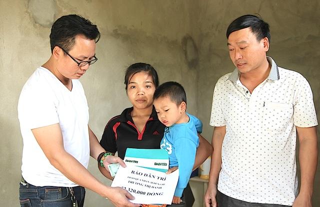 PV Dân trí cùng PCT UBND xã Thọ Hợp trao tiền đến mẹ con chị Danh.