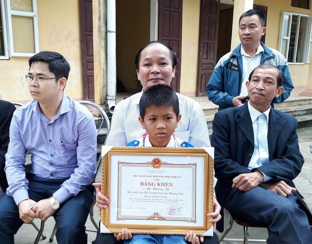 Em Lô Dương Tú học sinh lớp 5 dũng cảm cứu 2 em nhỏ được Chủ tịch UBND tỉnh Nghệ An tặng Bằng khen.