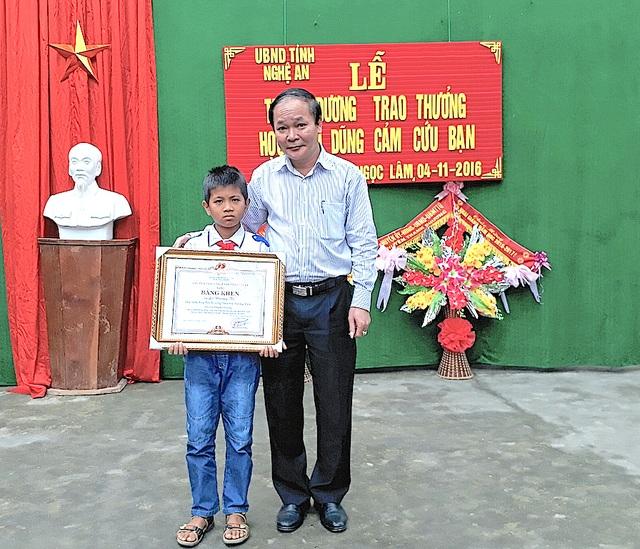 Ông Nguyễn Thanh Nhàn - PGĐ Sở Nội vụ - Trưởng ban thi đua khen thưởng tỉnh đã trao Bằng khen của Chủ tịch UBND tỉnh cho em Lô Dương Tú.