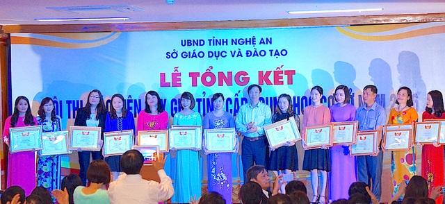 Lãnh đạo Sở GD&ĐT Nghệ An trao Bằng khen cho 14 cá nhân đạt giải Nhất tại cuộc thi.