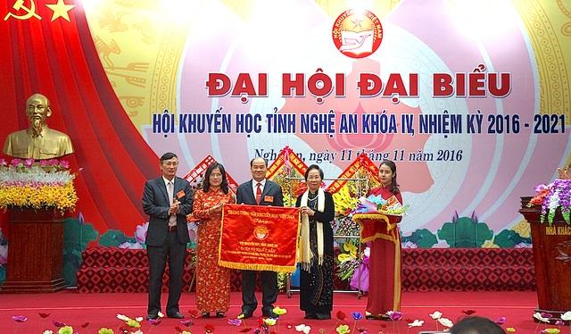 Bà Nguyễn Thị Doan tặng Cờ thi đua xuất sắc cho Hội Khuyến học Nghệ An.