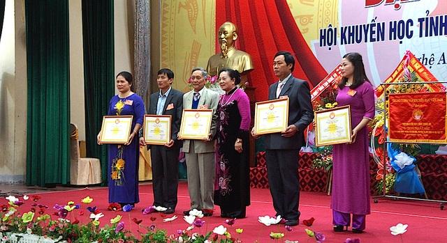 Lãnh đạo Hội Khuyến học Việt Nam trao Bằng khen cho các tập thể và cá nhân xuất sắc.