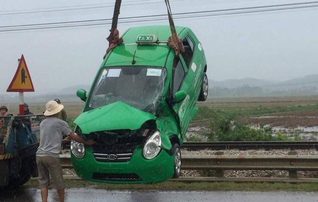 Chiếc taxi bị đâm hư hỏng nặng.