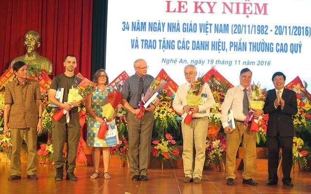 Lãnh đạo Trường ĐH Vinh tặng hoa cho các giáo sư của các trường đại học và Viện hàn lâm khoa học nước ngoài đang công tác tại trường.