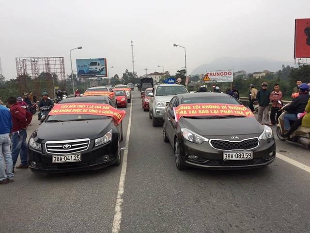 Sáng ngày 3/12, người dân đã điều khiển hàng chục chiếc xe ô tô dừng đỗ trên quốc lộ ngăn cản các phương tiện giao thông qua cầu Bến Thủy 1 để phản đối việc thu phí.
