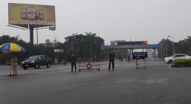 Nhận được thông tin lực lượng chức năng đã lập tức có mặt tại hiện trường điều tiết giao thông, đồng thời giải thích tuyên truyền cho người dân. Đến hơn 9h sáng cùng ngày người dân đã đưa các phương tiện rời khỏi cầu.