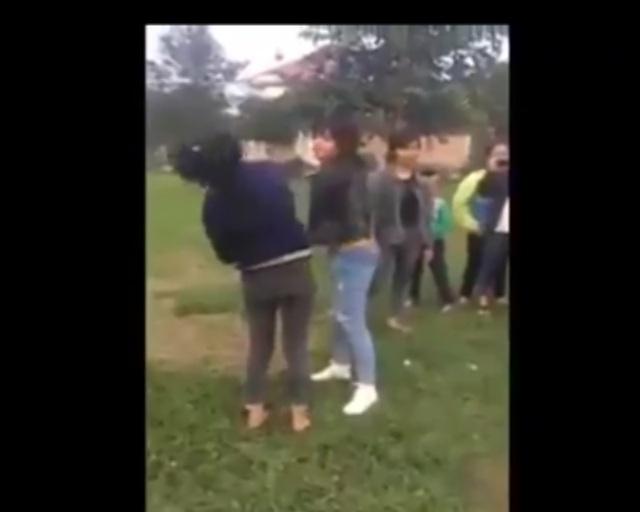 Cảnh nữ sinh H. đánh nữ sinh O. xảy ra tại công viên thị trấn Đô Lương (Ảnh: Cắt từ Clip)