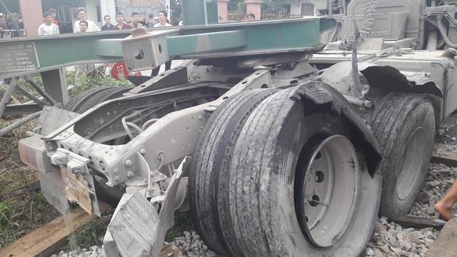 Dừng giữa đường ray, xe container bị tàu hàng đâm trúng - 3