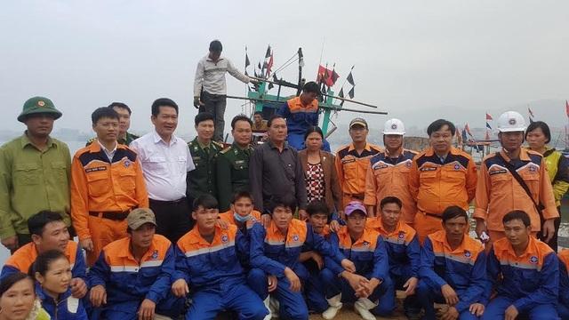 Giây phút vui mừng của đội cứu hộ và các ngư dân gặp nạn được trở về đất liền an toàn.