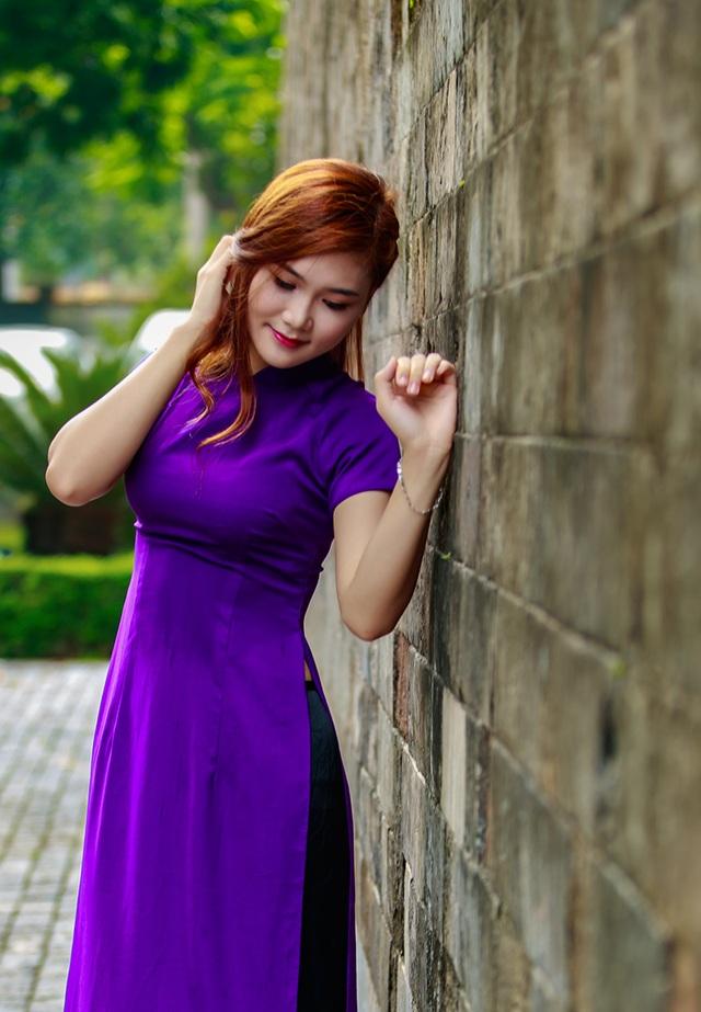 Hồng Châm yêu thích màu áo dài tím. Đó là lí do cô thực hiện bộ ảnh này. Trang phục áo dài hợp với khung cảnh cổ kính của Hoàng Thành Thăng Long.