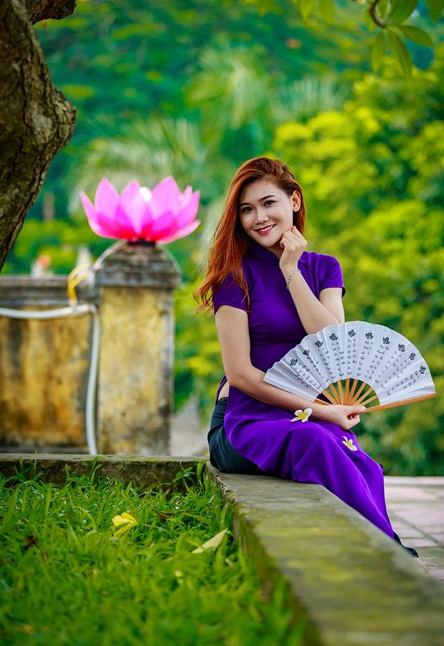 Hoa khôi trường Dược ngọt ngào trong áo dài tím mộng mơ - 2