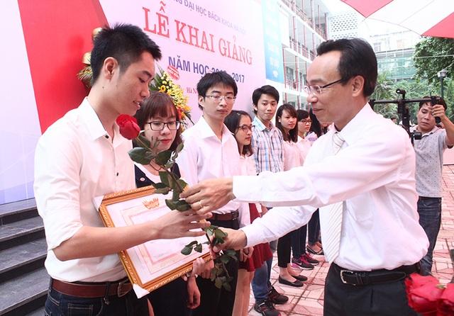 Hiệu trưởng trường ĐH Bách khoa Hà Nội khen thưởng những sinh viên có thành tích xuất sắc trong năm học vừa qua.