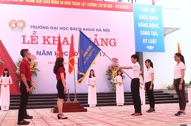 Nghi thức trao cờ truyền thống giữa các thế hệ sinh viên Bách khoa