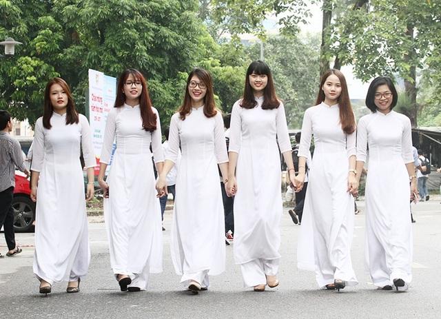 Vẻ duyên dáng của các nữ sinh ĐH Bách khoa trong lễ khai giảng, chào mừng năm học mới.