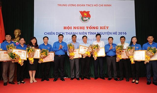Ban Bí thư T.Ư Đoàn cũng trao tặng Bằng khen cho 19 Tỉnh, Thành Đoàn, Đoàn trực thuộc vì đã có thành tích xuất sắc trong Chiến dịch tình nguyện Hè 2016.