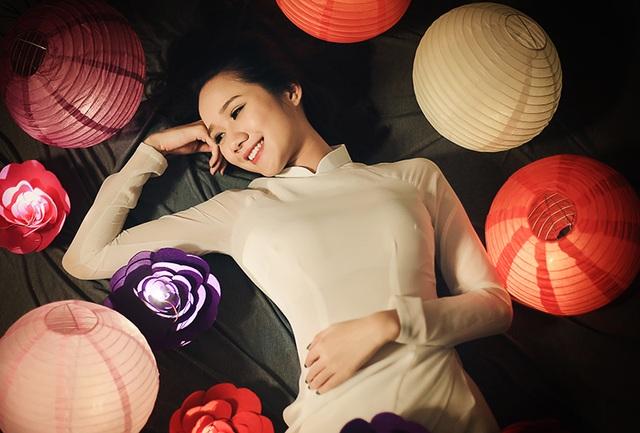 Nhiếp ảnh Phan Thanh Tâm là người cùng với Yến thực hiện bộ ảnh này. Anh Tâm chia sẻ anh đã mất nhiều công sức để bố trí các loại lồng đèn để có ánh sáng tốt cho bức ảnh.
