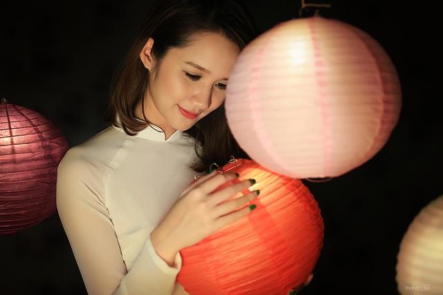 Hải Yến toát lên phong thái xinh đẹp dịu dàng như chị Hằng trong truyện cổ tích.