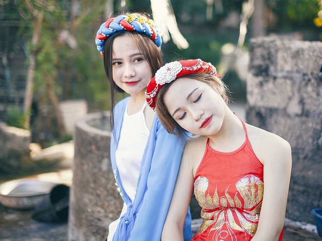 Trần Huyền Linh và Trần Khánh Huyền là hai chị em gái. Từ bé, tình cảm của hai chị em đã rất khăng khít và có nhiều sở thích giống nhau, đặc biệt là sở thích chụp ảnh.