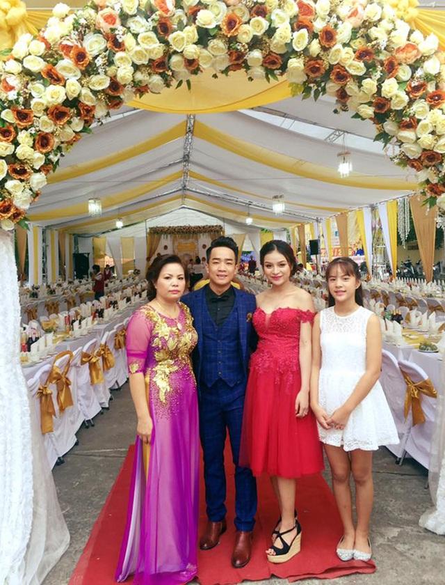 Cô dâu của Duy Nam mặc váy đỏ và người thân bên nhà vợ.
