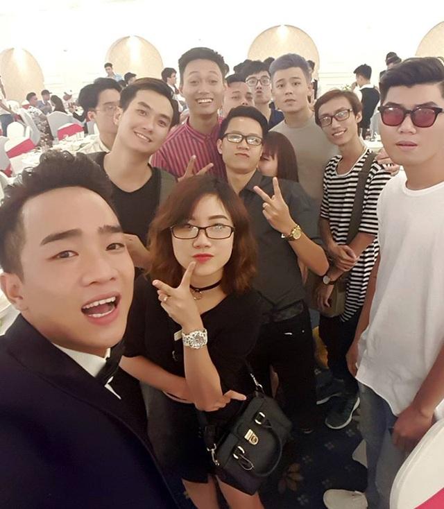 Những gương mặt trẻ trong giới nghệ sĩ và hot teen trong đám cưới của Duy Nam. Trong ảnh, ca sĩ Lynh Lee, vlogger Bùi Nhật Anh đến mừng hạnh phúc của Duy Nam