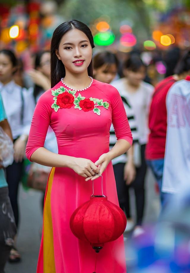 Ngoài học văn hoá, Thảo cũng từng tốt nghiệp khóa học cơ bản múa, trường Cao đẳng Múa Việt Nam. Nhờ học múa, cô có vóc dáng rất thu hút.