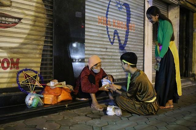 Chú Cuội và Chị Hằng tận tình thăm hỏi và động viên những người vô gia cư ở Hà Nội.