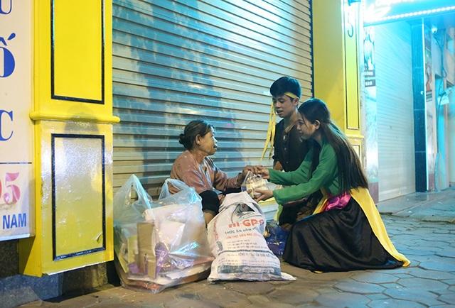 Với mong muốn cho những người vô gia cư ở Hà Nội có được một Trung Thu ấm áp, một nhóm bạn trẻ ở Hà Nội đã tình nguyện hóa thân thành Chú Cuội và Chị Hằng để đi tặng các suất quà từ thiện.