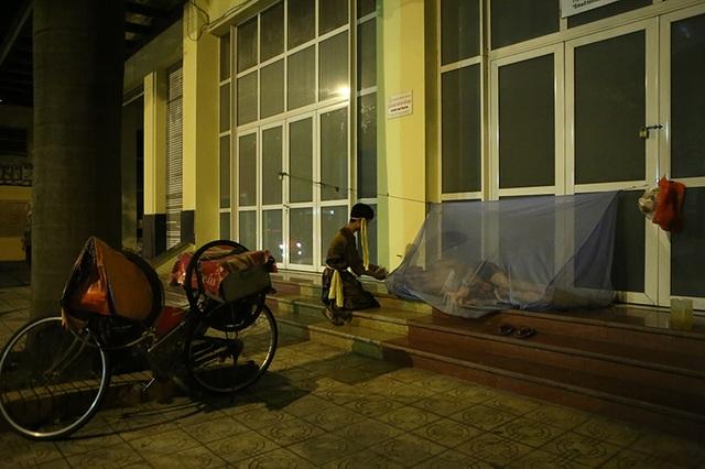 Với những người đã say ngủ, các bạn trẻ lặng lẽ đặt quà bên cạnh để sáng mai những người vô gia cư nhận được niềm vui bất ngờ.