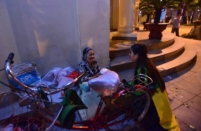 Đêm ngày 14 tháng 8 âm lịch, nhiều người vô gia cư tại Hà Nội bất ngờ nhận được những món quà Trung Thu từ Chú Cuội và Chị Hằng.
