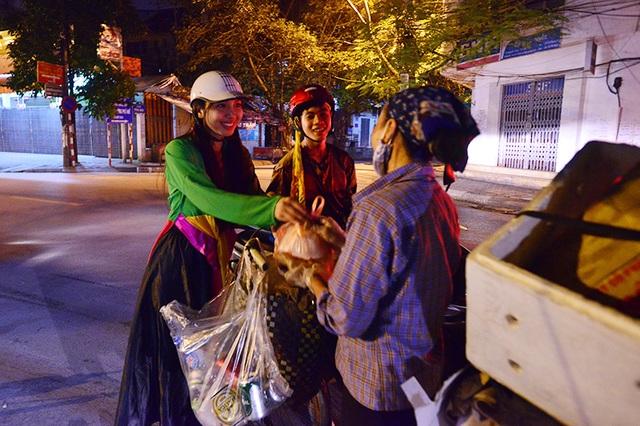 Một số người lao động nghèo cũng nhận được quà của Chú Cuội và Chị Hằng.
