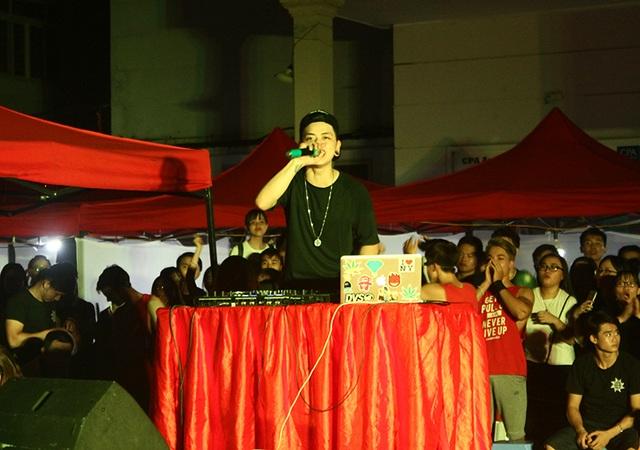 DJ Huy Chè là người nổi lửa cho đêm tiệc của sinh viên Ngoại thương.