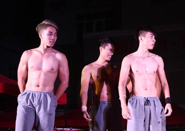 Những chàng điển trai có thân hình 6 múi của nhóm Thời Đại được các cô gái trường Ngoại thương cổ vũ nhiệt tình