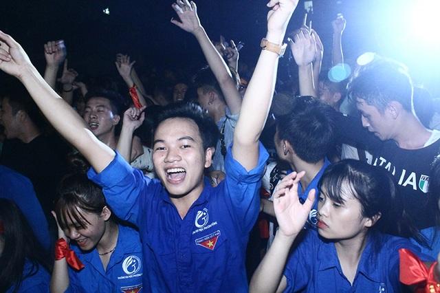 Sinh viên Đại học Phương Đông là những người nhiệt tình nhất vì đóng vai trò là chủ nhà đón tiếp đông đảo sinh viên các trường đại học, cao đẳng tới tham gia đêm hội rock.