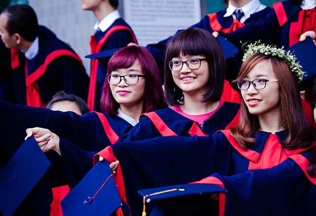 Linh vừa tốt nghiệp loại giỏi ngành Kinh tế quốc tế trường ĐH Ngoại thương, nhưng cô quyết định học lên cao hơn với chuyên ngành Cờ vây tại Hàn Quốc.