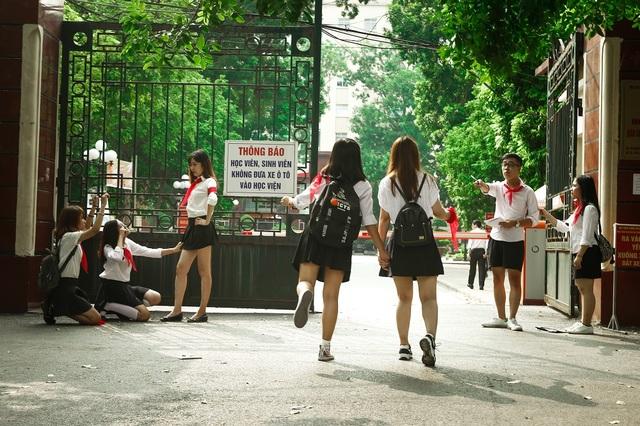 Nào nào ai cho đi muộn? Đội cờ đỏ đã phong tỏa các cổng rồi nhé!