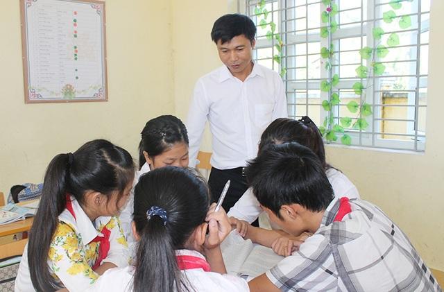 Thầy Lưu Thế Sơn và học trò của mình.