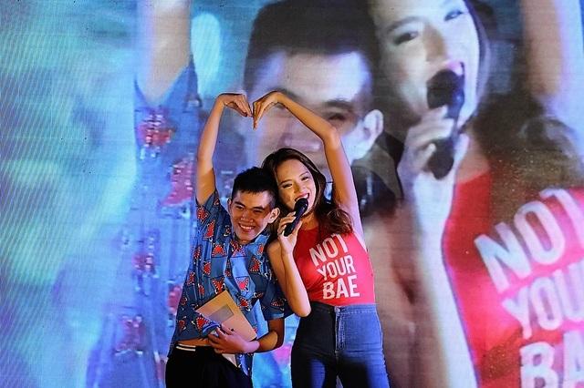 Hương Giang Idol tạo dáng nhí nhảnh chụp hình với fan hâm mộ cuồng nhiệt của mình.