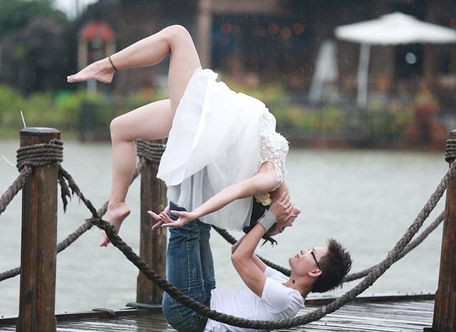 Đây là bức ảnh cưới của cặp đôi huấn luyện viên Yoga nổi tiếng Đất Cảng. Anh Đặng Kim Ba (thường gọi là Kim, sinh năm 1988) và chị Vũ Ngọc Anh (sinh năm 1993) là hai huấn luyện viên môn Yoga ở Hải Phòng. Huấn luyện viên Kim Ba còn là Trưởng ban phát triển phong trào của Hội Yoga Hải Phòng.