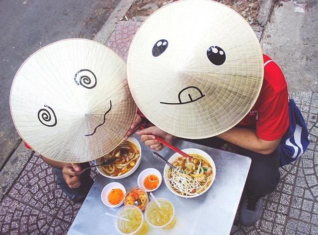 Nón Lá ăn vặt vỉa hè Sài Gòn