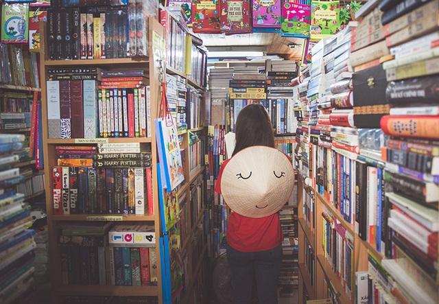 Nón Lá đọc sách