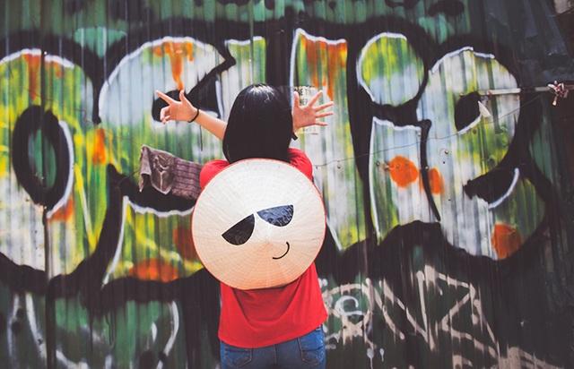 Nón Lá ngắm tranh Graffiti trên phố Lương Ngọc Quyến - Hà Nội