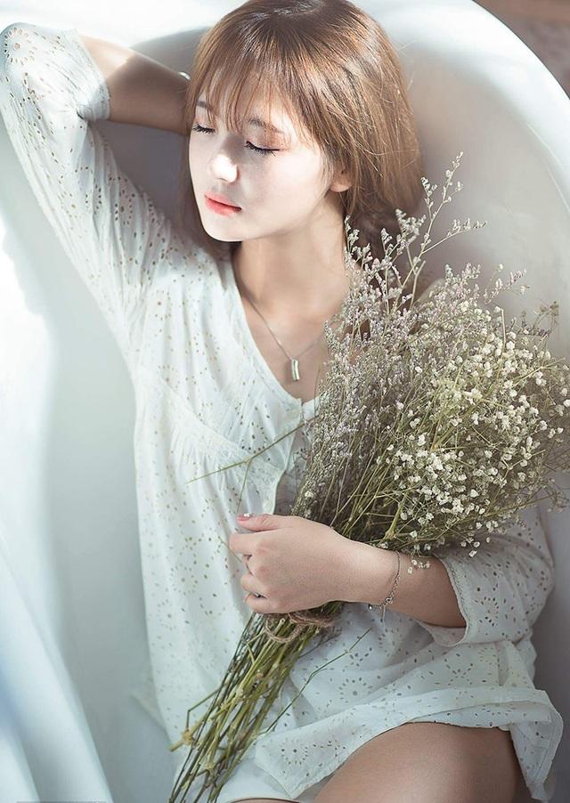 Lê Thu Hương sinh năm 1993, là cựu sinh viên ĐH Văn hóa Hà Nội. Cô từng nổi tiếng trên mạng bởi một bức ảnh cô mặc đồ dân tộc Hmông trông rất xinh đẹp. Khi đó, rất nhiều người đã nhầm tưởng Thu Hương là người dân tộc thiểu số nên đặt cho cô nick-name hot girl dân tộc.