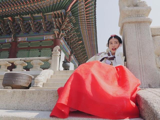 Theo dõi trang cá nhân của Mẫn Tiên, có thể thấy được cô nàng đang có những năm tháng tuổi trẻ hết sức rực rỡ. Công việc học tập hàng ngày khiến Mẫn Tiên có cơ hội được tiếp xúc với nhiều bạn bè quốc tế, khiến cô có những hiểu biết về nhiều nền văn hóa khác nhau.