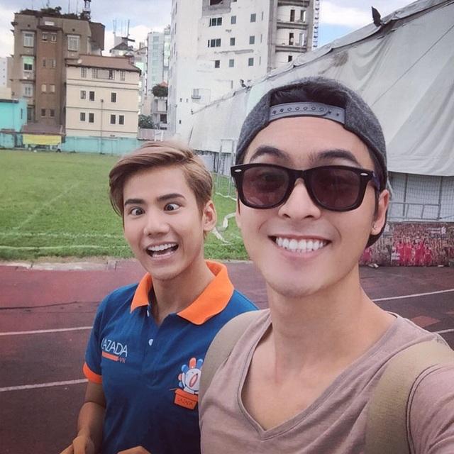"""Cặp đôi này không chỉ gây ấn tượng bởi ngoại hình đẹp, 2 chàng trai còn có khả năng ngoại ngữ cực """"cừ khôi"""". Ngoài vốn tiếng Anh sẵn có của Đăng Khoa, 2 anh chàng còn từng làm clip hướng dẫn học tiếng Thái đúng vào thời điểm giới trẻ đổ xô du lịch Thái Lan vào mùa lễ hội."""