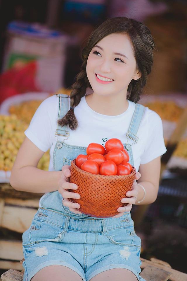Bộ ảnh này được Thu Hương thực hiện tại chợ Long Biên (Hà Nội), thể hiện hình tượng cô gái trẻ tinh nghịch.