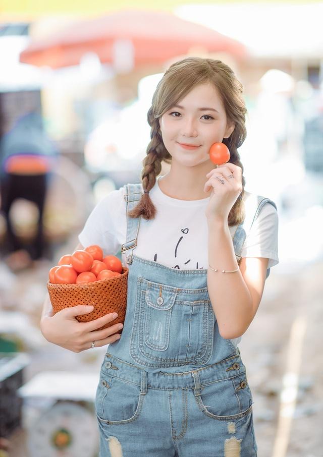 Hương chia sẻ, cô chọn cà chua làm đạo cụ chụp ảnh vì đây là loại trái cây mà cô rất yêu thích.