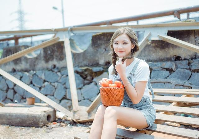 Hương nổi tiếng trên mạng xã hội với nick-name hot girl dân tộc sau khi các diễn đàn đăng tải hình ảnh cô mặc trang phục của dân tộc thiểu số miền núi phía Bắc.