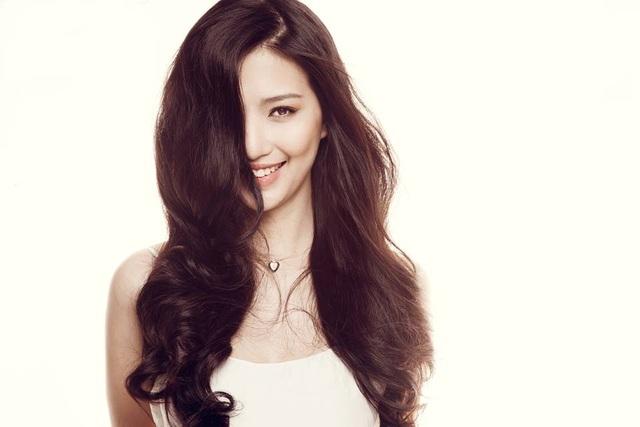 """Linh Sunny là một hot girl xuất thân từ Hà Nội. Cũng giống với những cái tên kể trên, cô nàng sở hữu một nụ cười """"tỏa nắng"""" trong veo, hút hồn người đối diện. Từng có một thời, Linh Sunny là người mẫu teen đắt show chụp hình nhất nhì Thủ đô cũng bởi nụ cười """"thiên thần"""" ấy."""