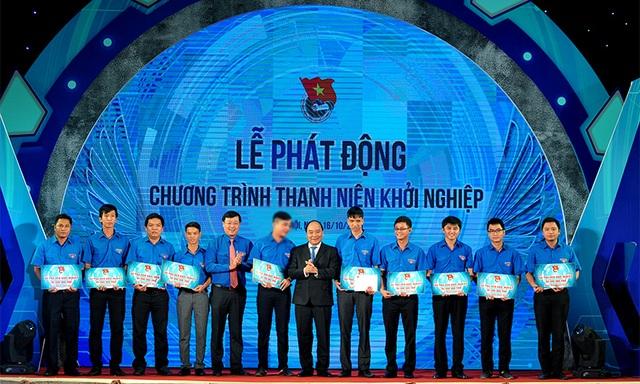 10 dự án khởi nghiệp của thanh niên, sinh viên được Thủ tướng và Trung ương Đoàn trao vốn, mỗi dự án 50 triệu đồng.
